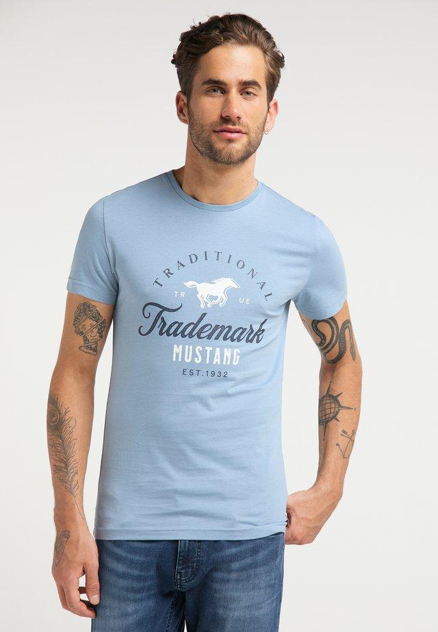 AARON  - Print T-shirt - light blue