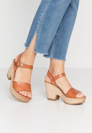ERA - Sandály na vysokém podpatku - tan