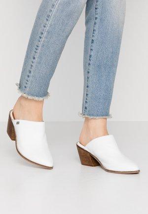 HELEN - Pantofle na podpatku - white