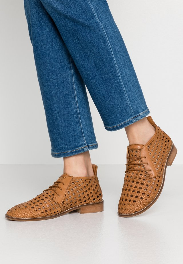 ADELINE - Derbies - camel