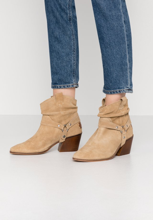 CAMILA - Cowboy/biker ankle boot - cue