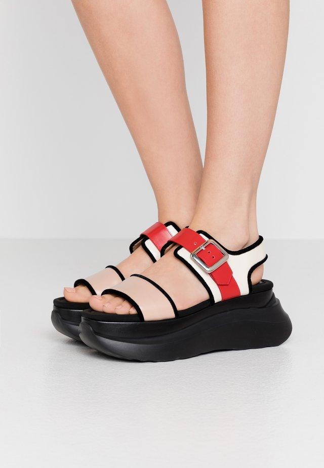 Korkeakorkoiset sandaalit - multicolor