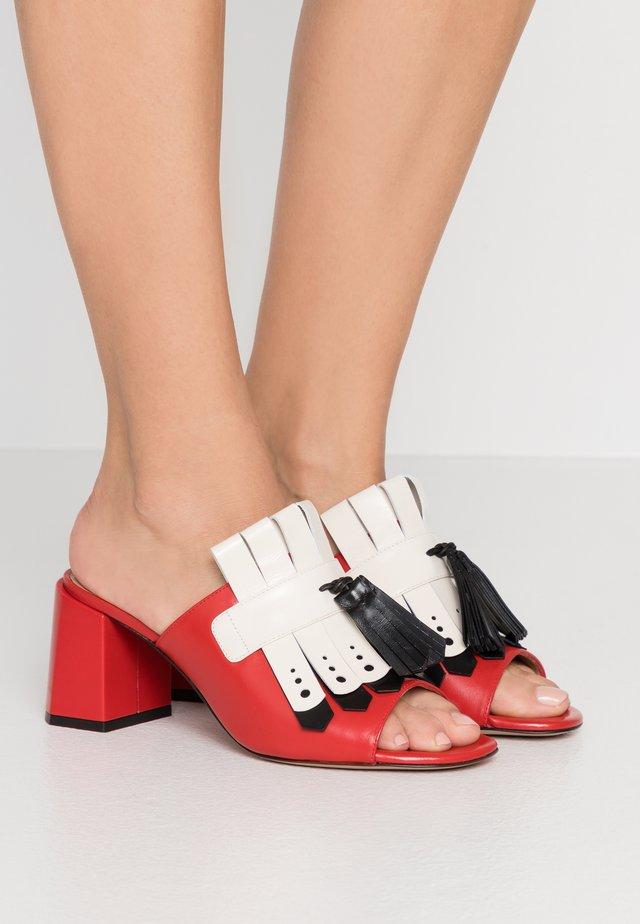 Slip-ins med klack - rosso/nero/riso