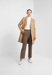 WEEKEND MaxMara - PANTERA - Spodnie materiałowe - kamel - 1