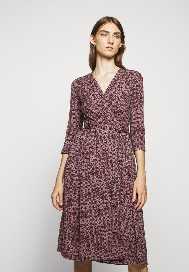 OXIRIA - Žerzejové šaty - altrosa