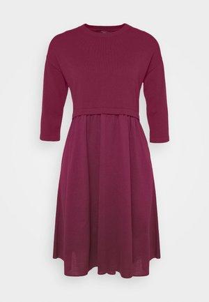 KUENS - Pletené šaty - plum