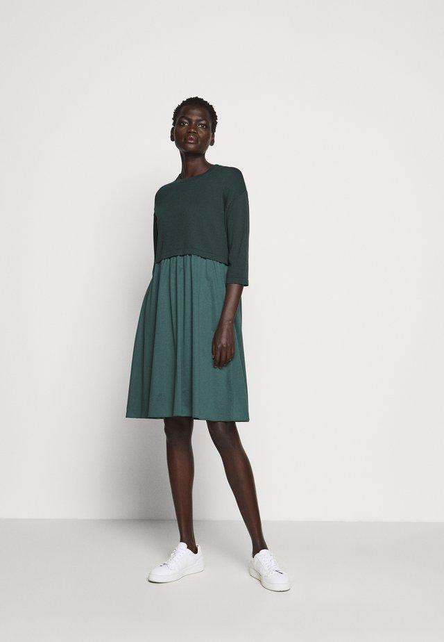 KUENS - Stickad klänning - mirto