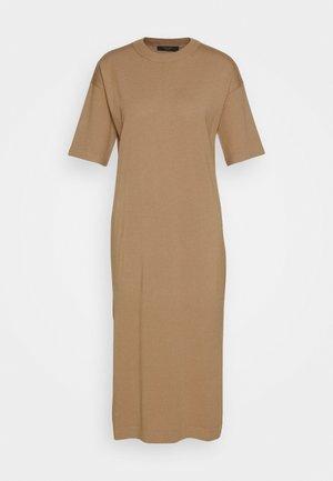 ONDA - Pletené šaty - kamel