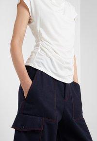 WEEKEND MaxMara - MULTIF - T-shirt z nadrukiem - weiß - 5