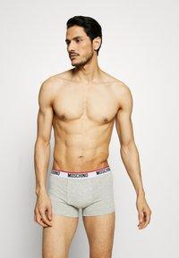 Moschino Underwear - TRUNK 3 PACK - Boxerky - black/white/gray melange - 2