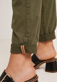 Mos Mosh - HURLEY DECO CARGO PANT - Spodnie materiałowe - army - 8