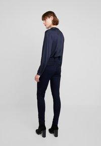 Mos Mosh - MILTON TUCK PANT - Kalhoty - dark blue - 2