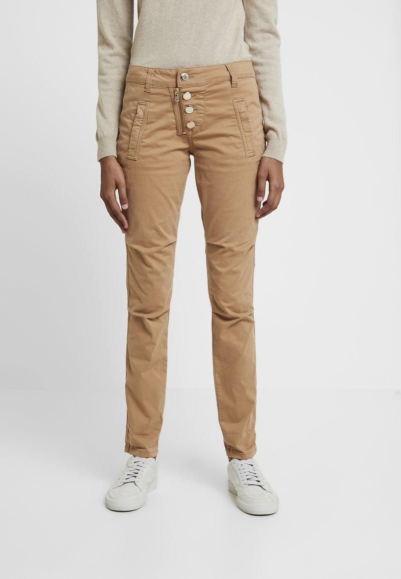 Mos Mosh - VALERINE DILLON CARGO PANT - Spodnie materiałowe - burro camel