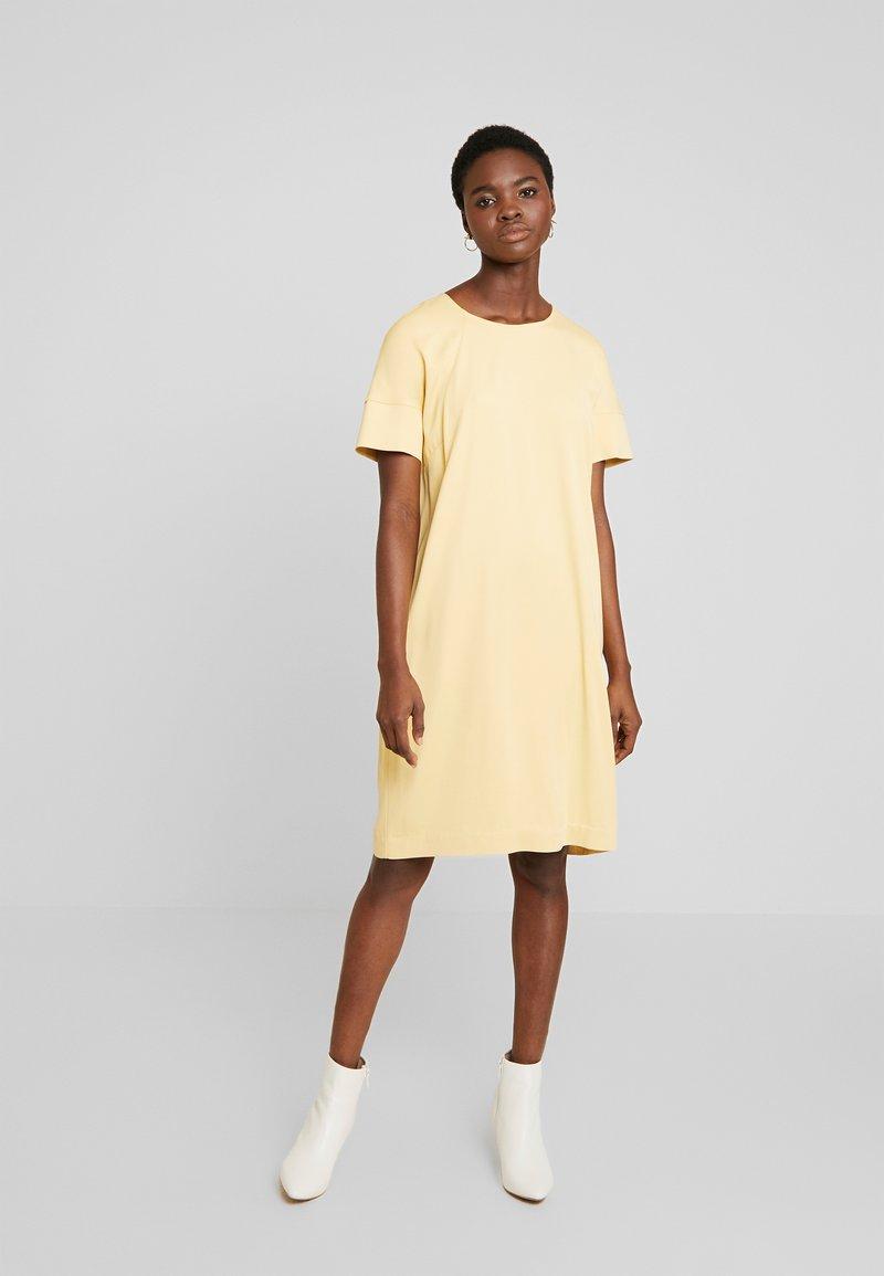 Mos Mosh - LORI CUBA DRESS - Denní šaty - jojoba