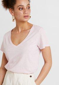 Mos Mosh - ARDEN V NECK TEE - T-shirts basic - soft rose - 3
