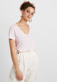 Mos Mosh - ARDEN V NECK TEE - T-shirts basic - soft rose - 0