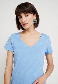Mos Mosh - ARDEN V NECK TEE - T-shirt basic - allure blue - 3