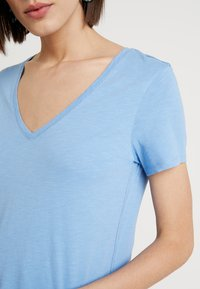 Mos Mosh - ARDEN V NECK TEE - T-shirt basic - allure blue - 5