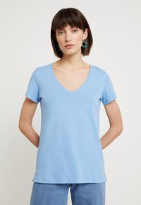 Mos Mosh - ARDEN V NECK TEE - T-shirt basic - allure blue - 0