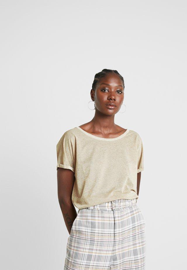 KAY TEE - T-shirts med print - gold