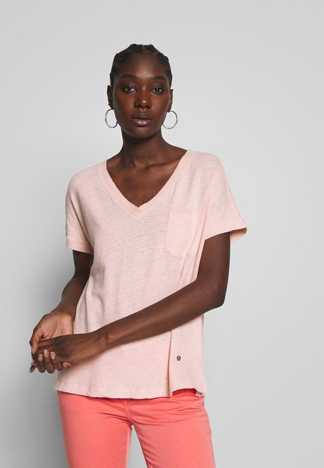 MAYA V-NECK TEE - T-shirt - bas - chintz rose