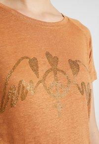 Mos Mosh - MAG TEE - Print T-shirt - bran - 5