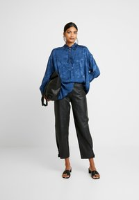 Mos Mosh - IRIS FLOWER BLOUSE - Blůza - dark blue - 1