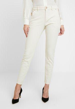 BLAKE RICH - Jeans slim fit - ecru