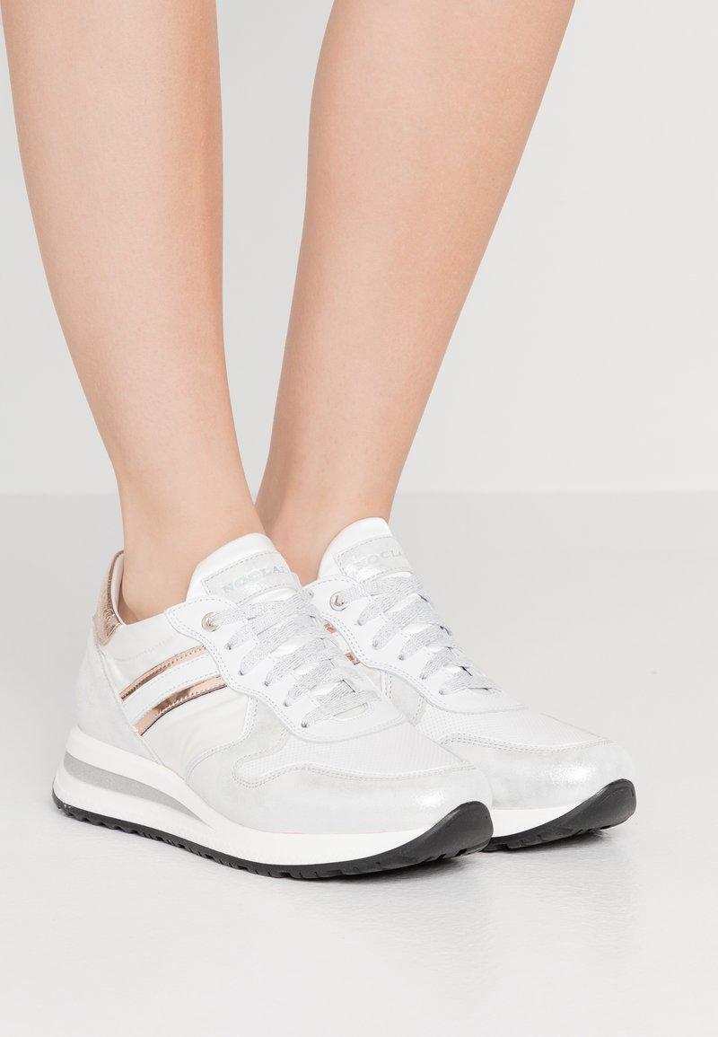 Noclaim - JESSY - Sneakers laag - cipria