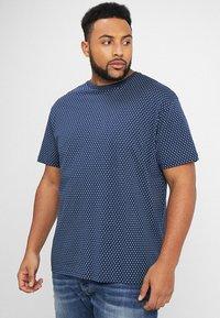 North 56°4 - T-shirt z nadrukiem - dunkelblau - 0