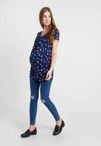 New Look Maternity - OB HARPER MID KNEE - Jeans Skinny Fit - mid blue - 1