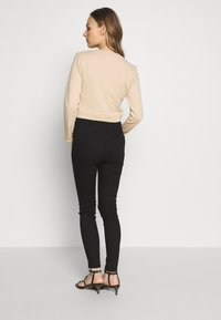 New Look Maternity - SERENA - Vaqueros slim fit - black - 2