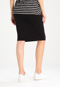 New Look Maternity - Falda de tubo - black - 2