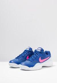 Nike Performance - COURT LITE - Buty tenisowe uniwersalne - indigo force/pink blast/half blue/white - 2