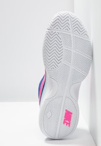 Nike Performance - COURT LITE - Buty tenisowe uniwersalne - indigo force/pink blast/half blue/white - 4