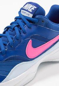 Nike Performance - COURT LITE - Buty tenisowe uniwersalne - indigo force/pink blast/half blue/white - 5