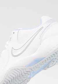 Nike Performance - ZOOM AIR RESISTANCE - Multicourt tennis shoes - white/metallic silver/pure platinum/aluminum - 5