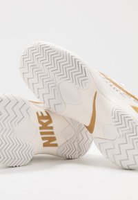 Nike Performance - AIR ZOOM CAGE HC - Kengät kaikille alustoille - phantom/metallic gold - 5