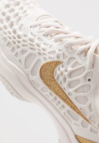 Nike Performance - AIR ZOOM CAGE HC - Kengät kaikille alustoille - phantom/metallic gold - 6