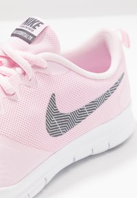 Nike Performance - WMNS NIKE FLEX ESSENTIAL TR - Trainings-/Fitnessschuh - pink foam/thunder grey/pale pink