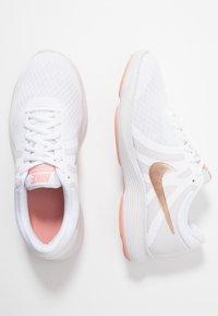 Nike Performance - WMNS REVOLUTION 4 EU - Neutrální běžecké boty - white/metallic red bronze/vast grey/pink quartz - 1