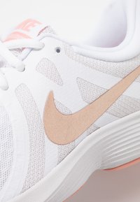 Nike Performance - WMNS REVOLUTION 4 EU - Neutrální běžecké boty - white/metallic red bronze/vast grey/pink quartz - 5
