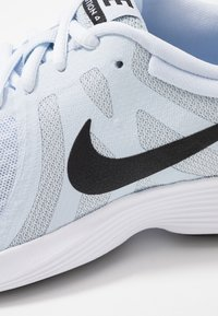 Nike Performance - WMNS REVOLUTION 4 EU - Hardloopschoenen neutraal - half blue/black/wolf grey/white - 5