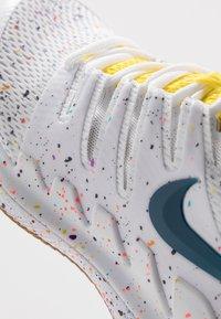 Nike Performance - AIR ZOOM VAPOR X - Allcourt tennissko - white/valerian blue/optic yellow/wheat - 5