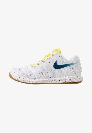 AIR ZOOM VAPOR X - Multicourt tennis shoes - white/valerian blue/optic yellow/wheat