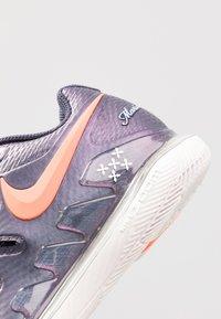 Nike Performance - AIR ZOOM VAPOR X - Zapatillas de tenis para todas las superficies - gridiron/hyper crimson/phantom - 5