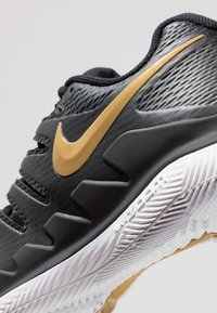 Nike Performance - AIR ZOOM VAPOR X - Scarpe da tennis per tutte le superfici - black/metalilc gold/white - 5