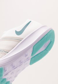 Nike Performance - CITY TRAINER 2 - Treningssko - white/cerulean/platinum tint/echo pink/barely grape - 5