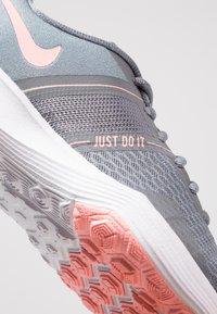 Nike Performance - CITY TRAINER 2 - Zapatillas de entrenamiento - cool grey/oracle pink/wolf grey - 5