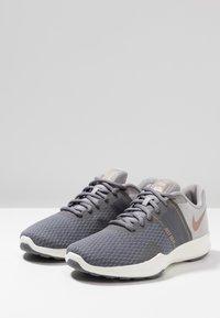 Nike Performance - CITY TRAINER 2 - Sports shoes - gunsmoke/metallic red bronze/atmosphere grey - 2